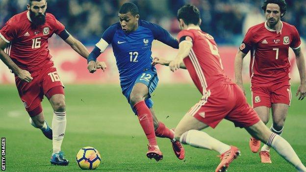 Con 18 años y 350 días, Mbappé se convirtió en el más joven en anotar 10 goles en la Liga de Campeones.