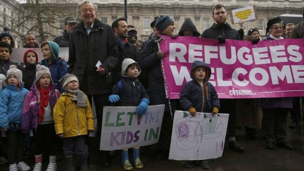 بريطانيون مع أبنائهم يتظاهرون ضد وقف برنامج استقبال الأطفال اللاجئين إلى بريطانيا