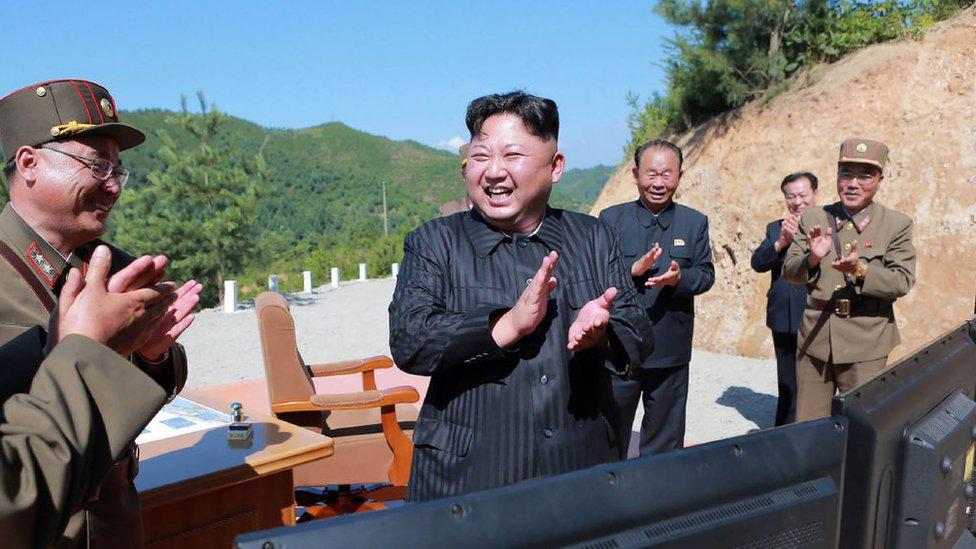 Kim Jong-un y altos miliares norcoreanos.