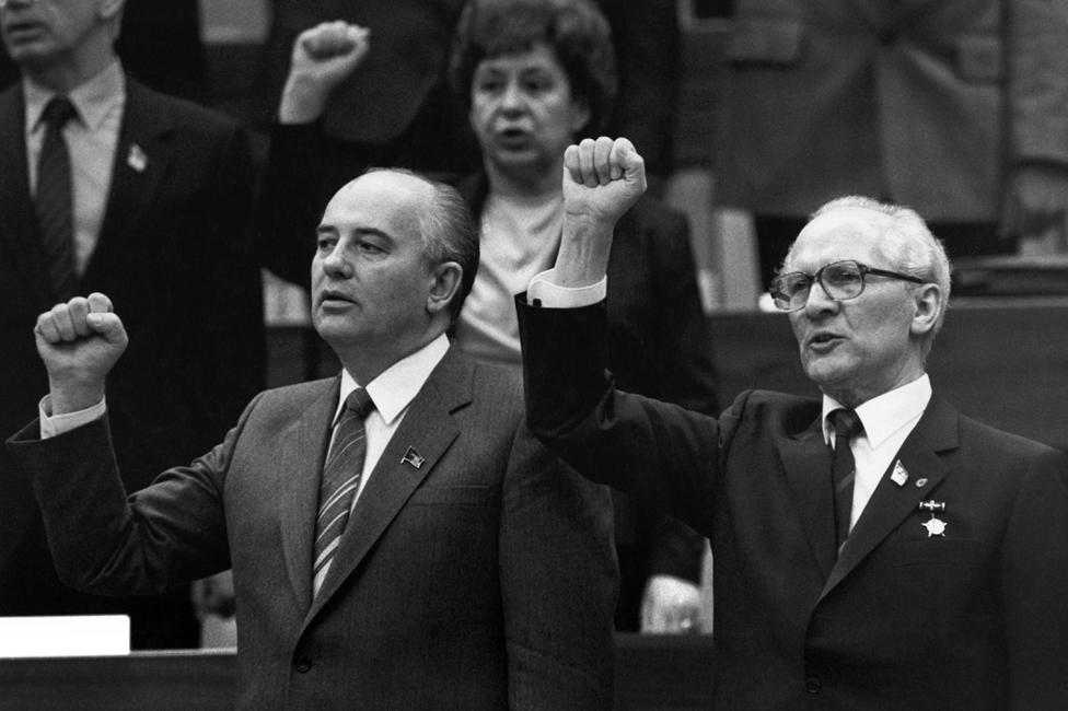 Mikhail Gorbachev y el líder de Alemania Oriental Erich Honecker cantando la Internacional en Berlín (1986).