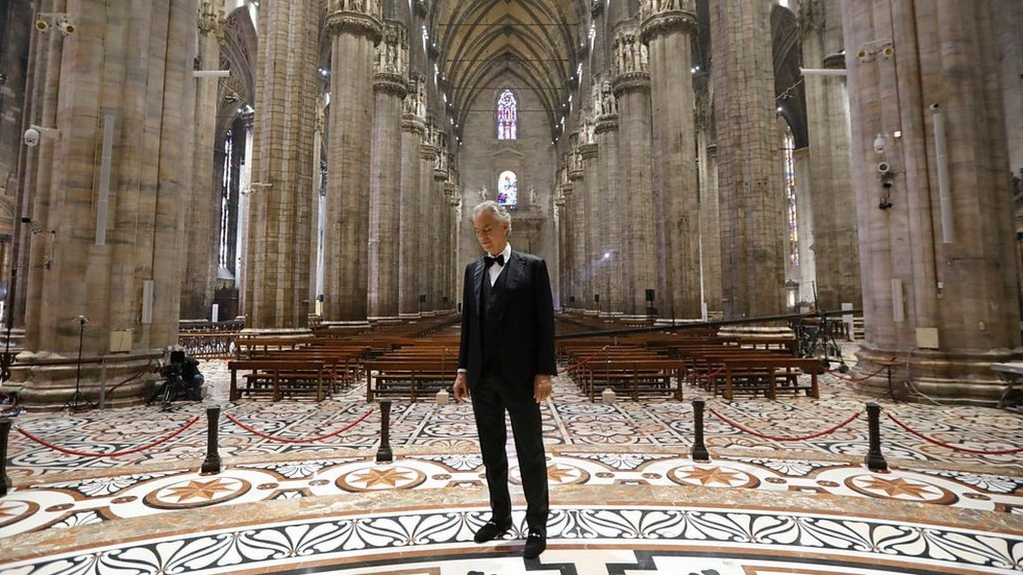 世界的テノール歌手、無人のイタリア大聖堂で「希望」込め熱唱 - BBC ...