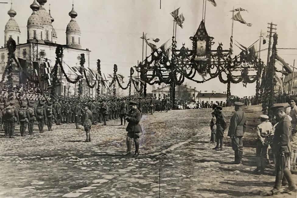 """Las tropas británicas y francesas -formando filas en Arkhangelsk, en 1917- se hicieron del lado de """"los blancos"""" para combatir a los bolcheviques. (Foto: Lord Ironside)"""