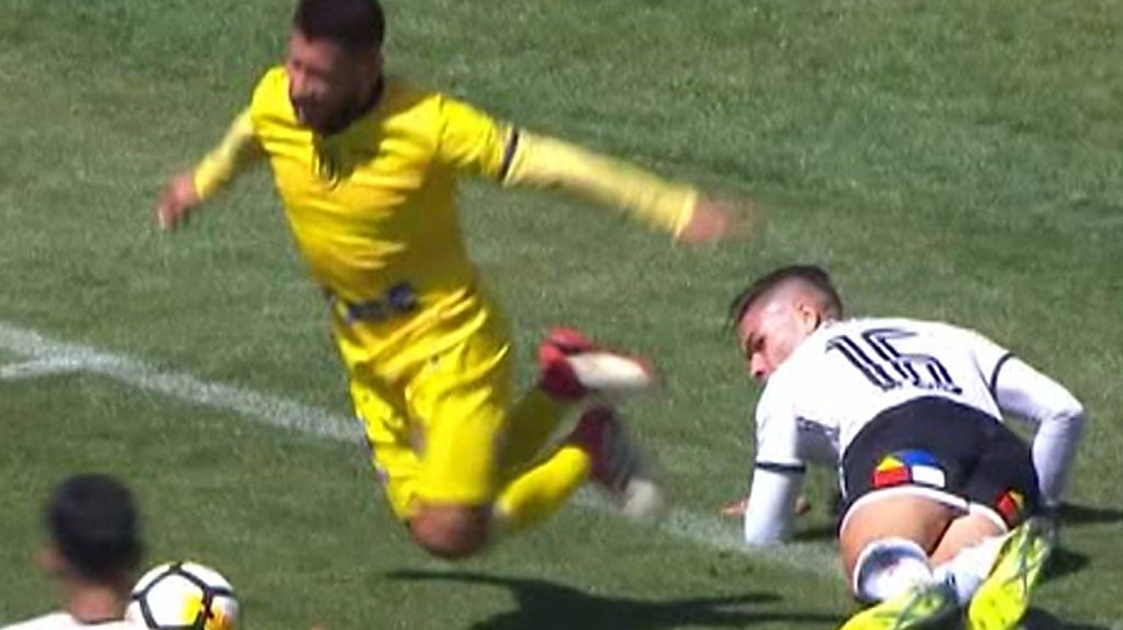 Jean Meneses commits blatant dive in in Chile Primera Division game