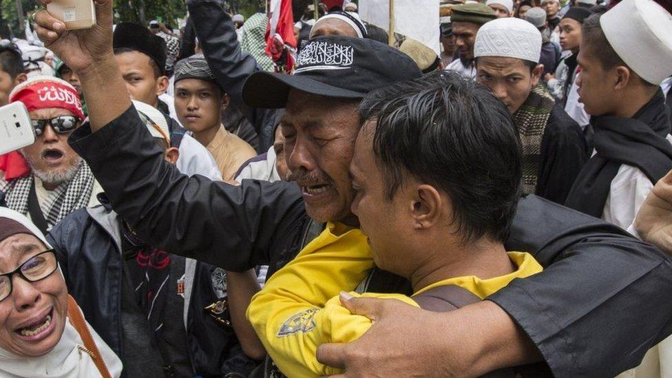 一些強烈反對鍾萬學的組織舉行集會,其成員的帽子上印有印尼伊斯蘭解放黨標誌。政府已經下令取締該組織。