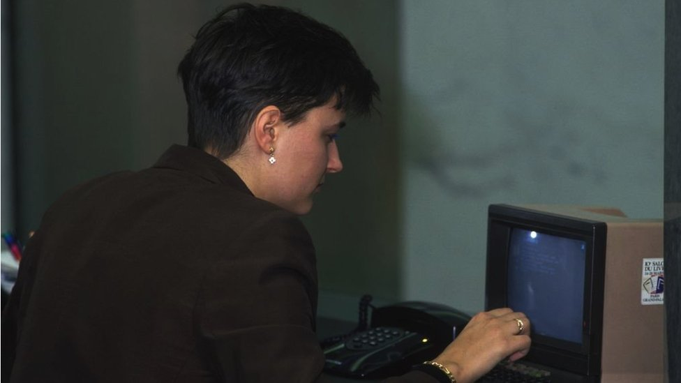 Una mujer usando videotext en Francia.