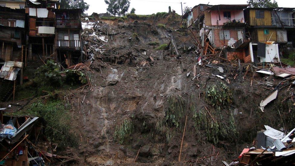 Decenas de viviendas colapsaron por el deslizamiento de tierras.