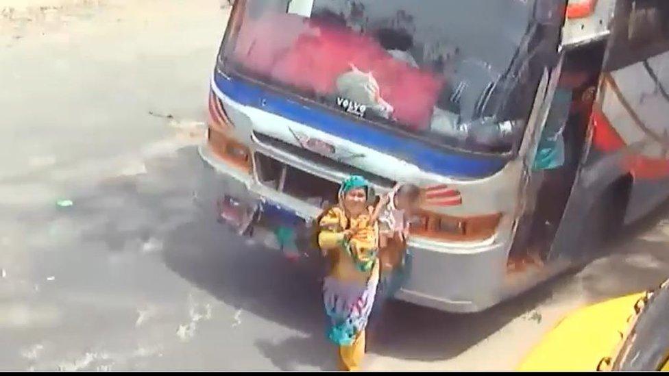 সড়ক দুর্ঘটনা: বাংলাদেশের কুষ্টিয়ার যে ভিডিও নাড়া দিলো সবাইকে