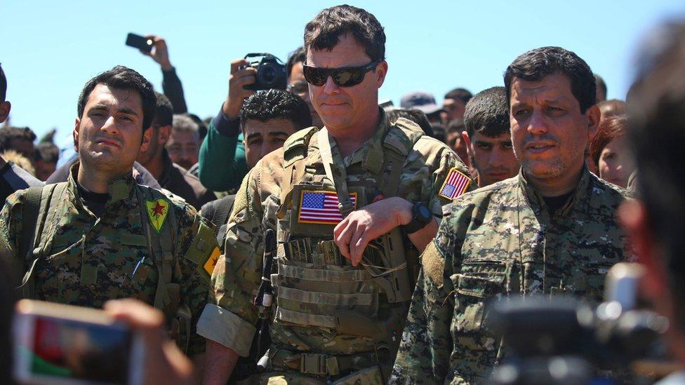 جندي أمريكي مع مقاتلي سوريا الديمقراطية