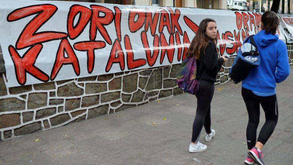 """""""Enhorabuena Cataluña"""", en una pared del País Vasco."""