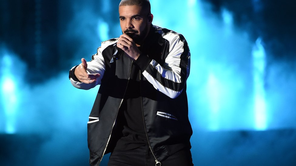Drake is surprise wedding guest