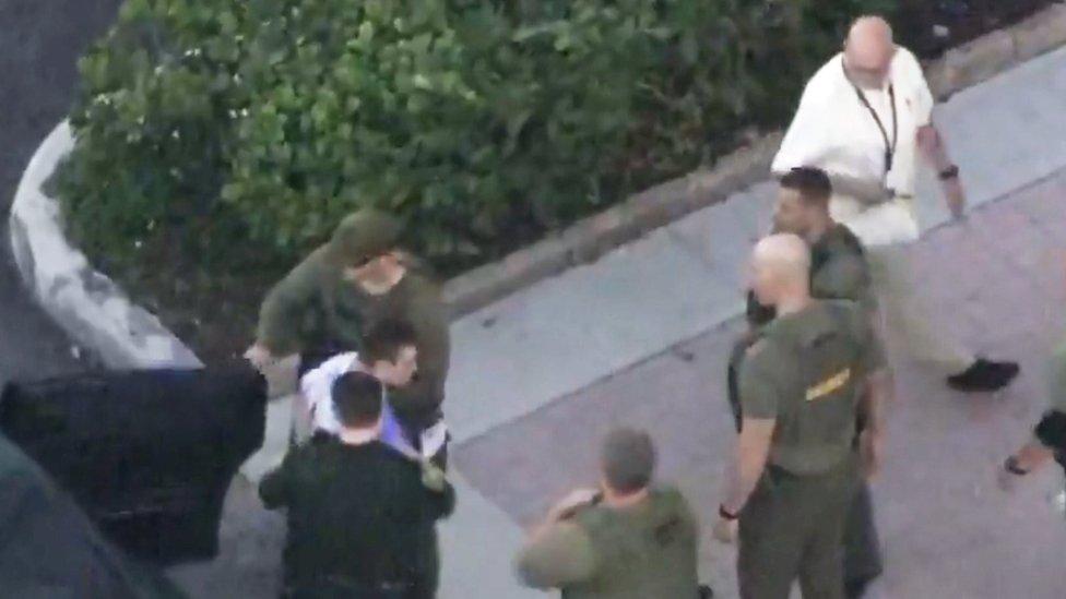 Nikolas Cruz siendo llevado a prisión