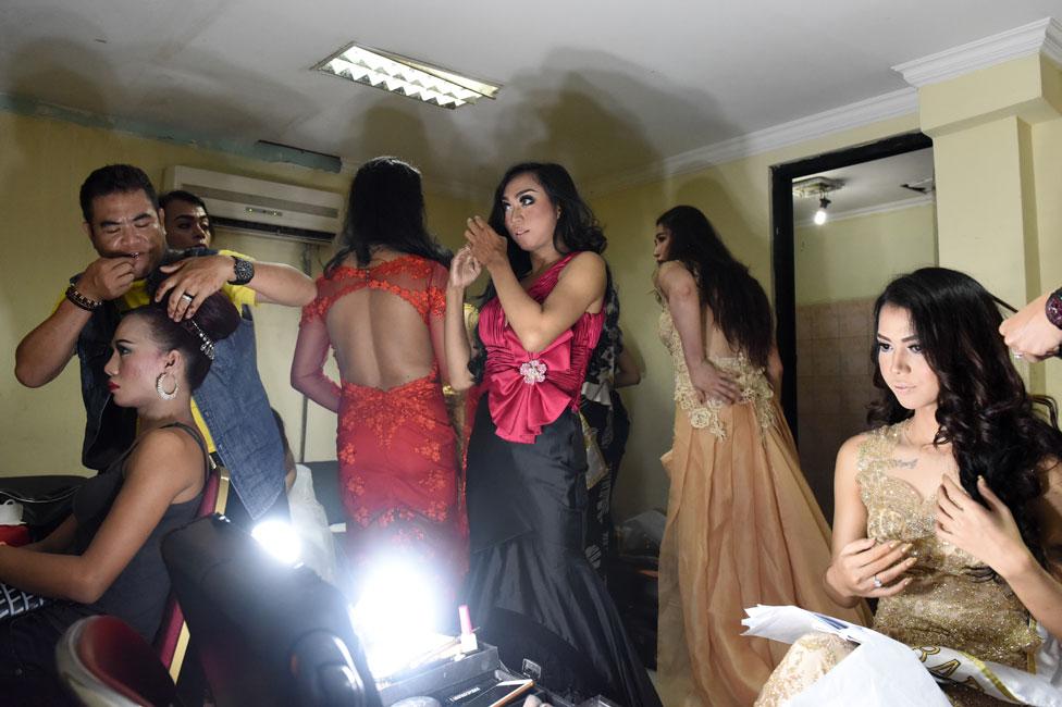 Maquillaje de las miss de Warias en Indonesia
