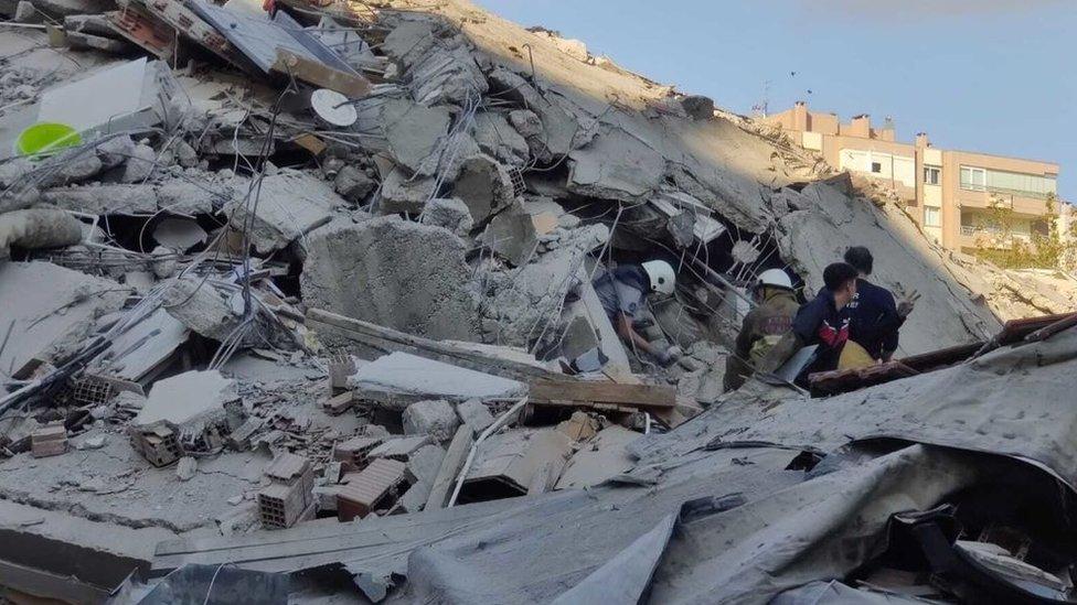 Terremoto En Grecia Y Turquía El Sismo En El Mar Egeo Causa Al Menos 39 Muertos Destrozos Y Un Minitsunami Bbc News Mundo