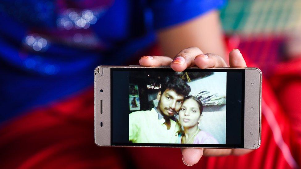 Foto de la pareja en el teléfono. (Foto: NATHAN G)