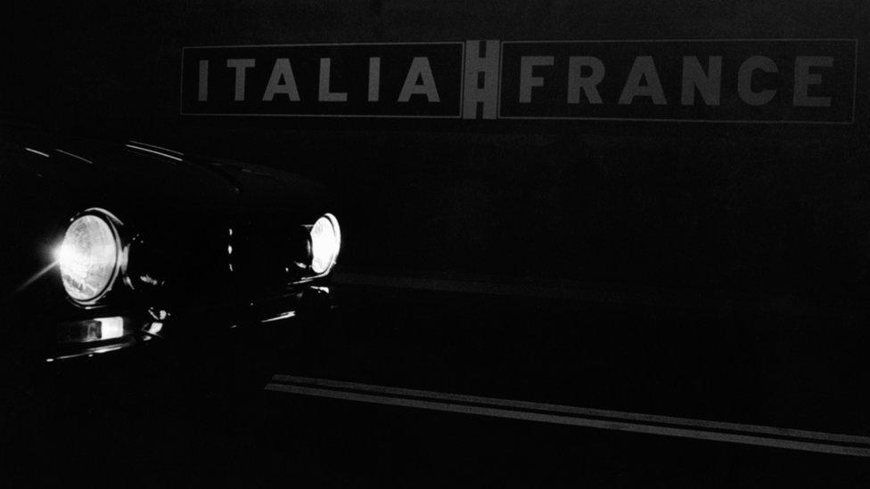 Auto cruzando túnel