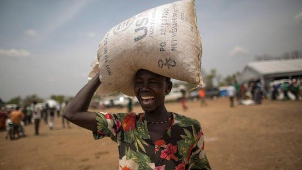 يتم إعطاء اللاجئين في قرية بيدي بيدي باوغندا قطعة أرض صغيرة والمواد التي يحتاجون إليها للبدء في زراعة طعامهم بأنفسهم.