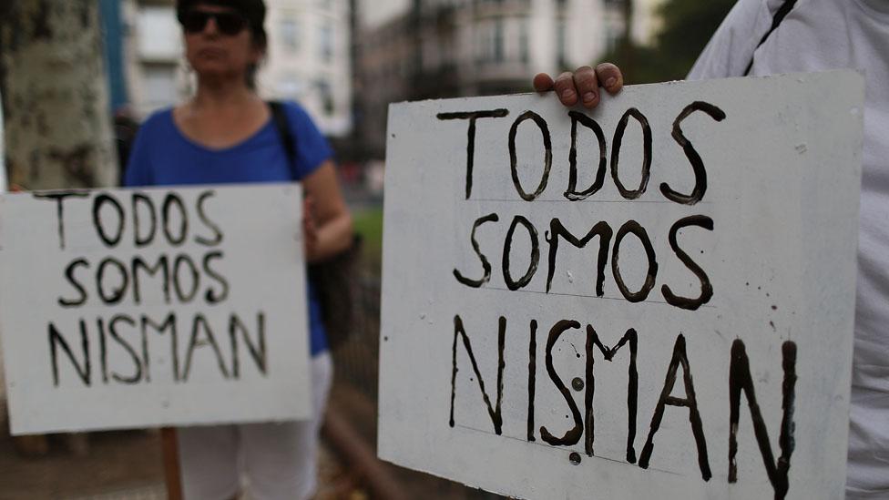 El caso Nisman, un fiscal que investigaba el supuesto encubrimiento de Cristina Kirchner a una investigación del atentado de AMIA, tuvo un giro reciente: se investigará como homicidio y no como suicidio.