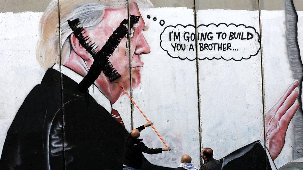 Палестинські активісти понівечили мурал із зображенням Дональда Трампа на стіні у Вифлеємі