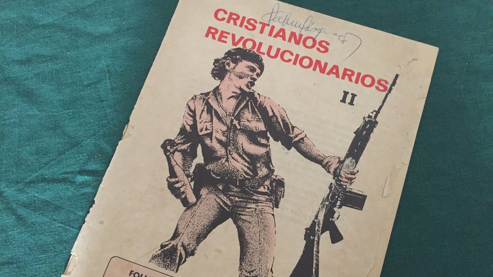 Un folleto ilustrado con la imagen del hombre molotov.