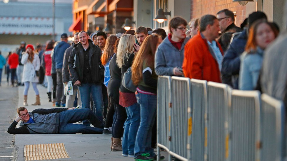 Algunos hacen cola para conseguir los mejores descuentos el día de Black Friday. (Foto: Getty/George Frey)