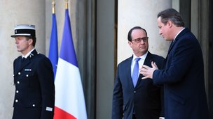 French President Francois Hollande (C) speaks with British Prime Minister David Cameron following talks on at the Elysee Presidential Palace in Paris (23 November 2015)