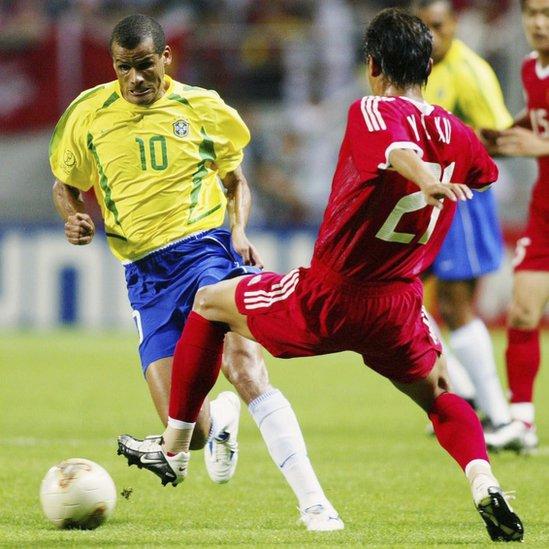 Rivaldo domina el balón contra un defensor chino