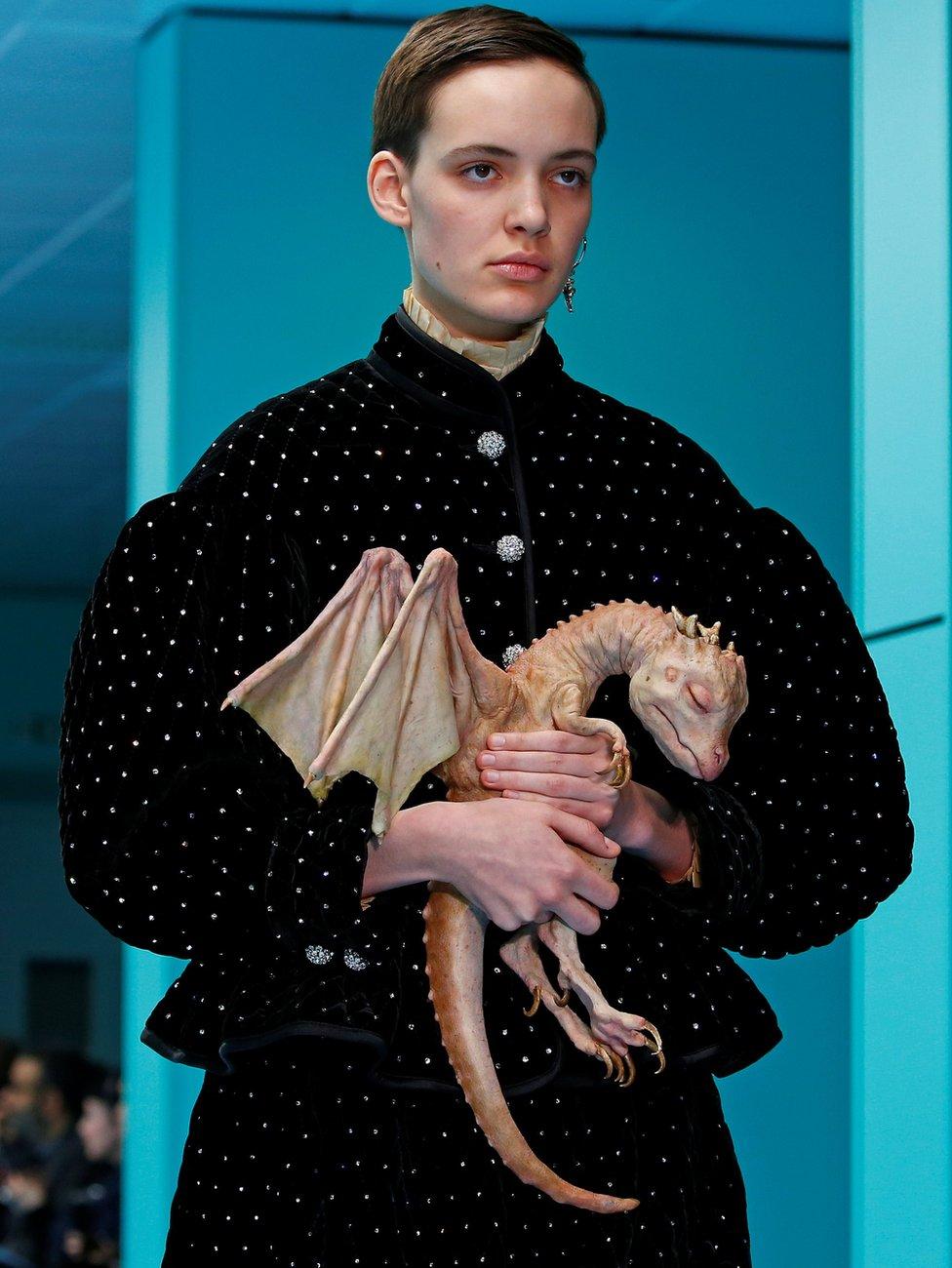 Model dengan bayi naga