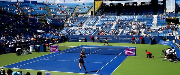 Karin Knapp of Italy (L) hits a return shot to Serena Williams