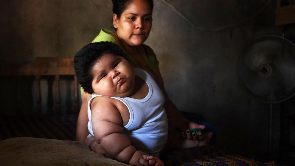 Luis Manuel sentado en la cama junto a su mamá Isabel Pantoja