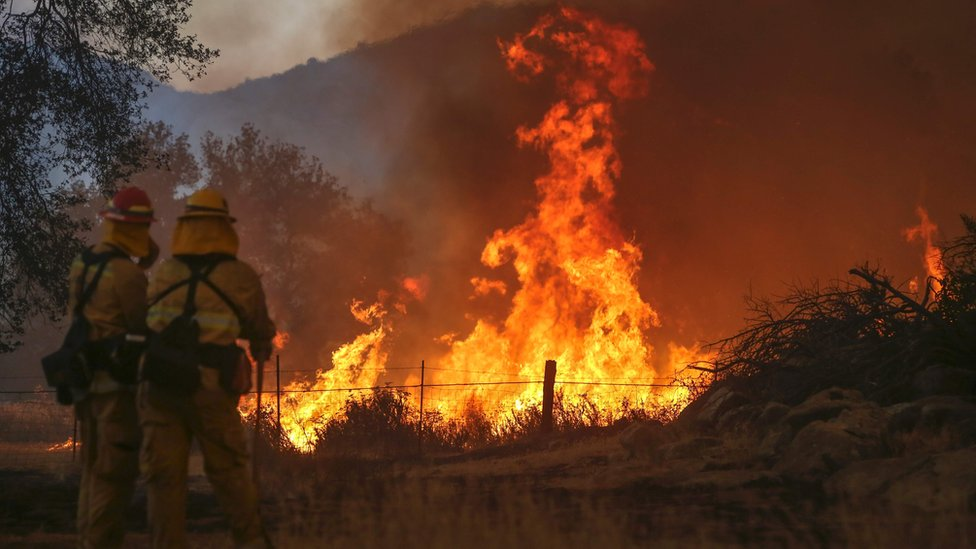 California wildfire forces hundreds to flee flames