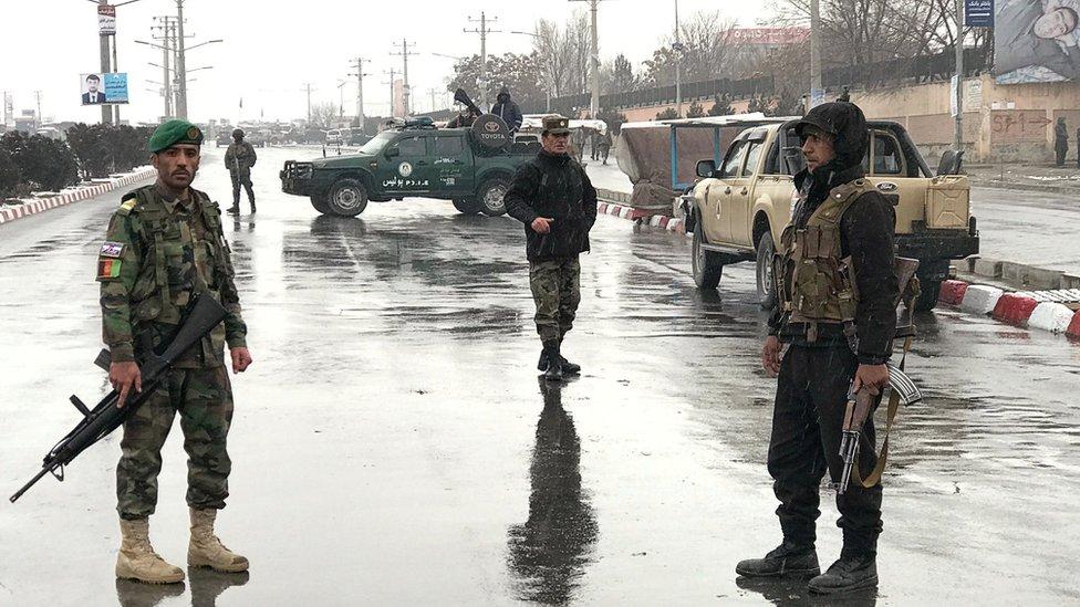 Fuerzas de seguridad aganas patrullan las calles cerca del ataque.