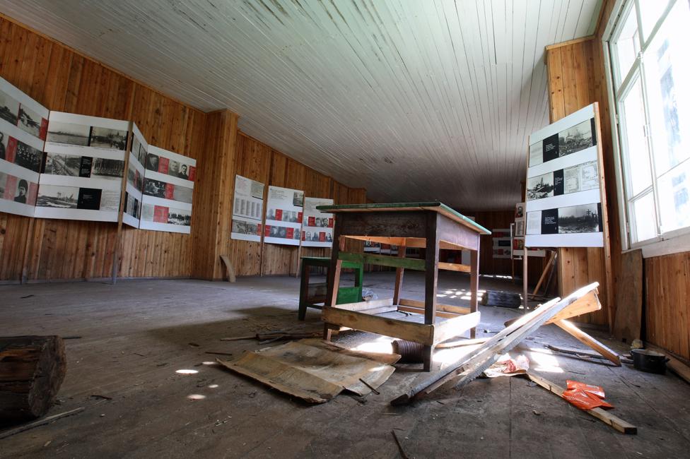 """Los textos y pancartas del antiguo museo describen la isla como un """"campo de concentración"""". (Foto: Kirill Iodas)"""