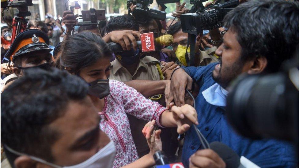 Rhea Chakraborty bergumul dengan media saat dia tiba di kantor Biro Pengendalian Narkotika (NCB)