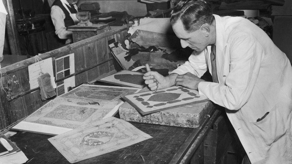Stanley Bray trabajando en una nueva edición del Rubaiyat.