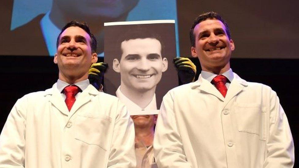 Los gemelos Aaron y Andrew Aguirre participaron en la ceremonia de los premios IG Nobel.