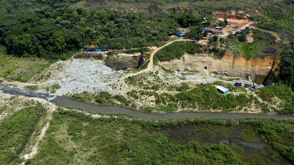 Una explotación minera sobre el río Cauca.