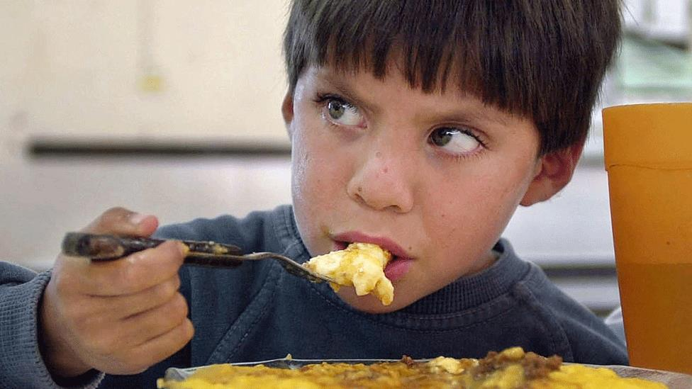 En algunas escuelas en zonas más humildes las maestras usan horas de clase para alimentar a sus alumnos.