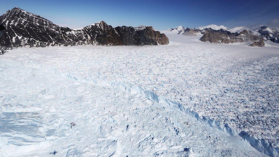 El protocolo ambiental por el que se rige el Tratado Antártico -y que prohíbe la explotación de recursos naturales en el continente- entró en vigencia en 1998 y será revisado en 2048.