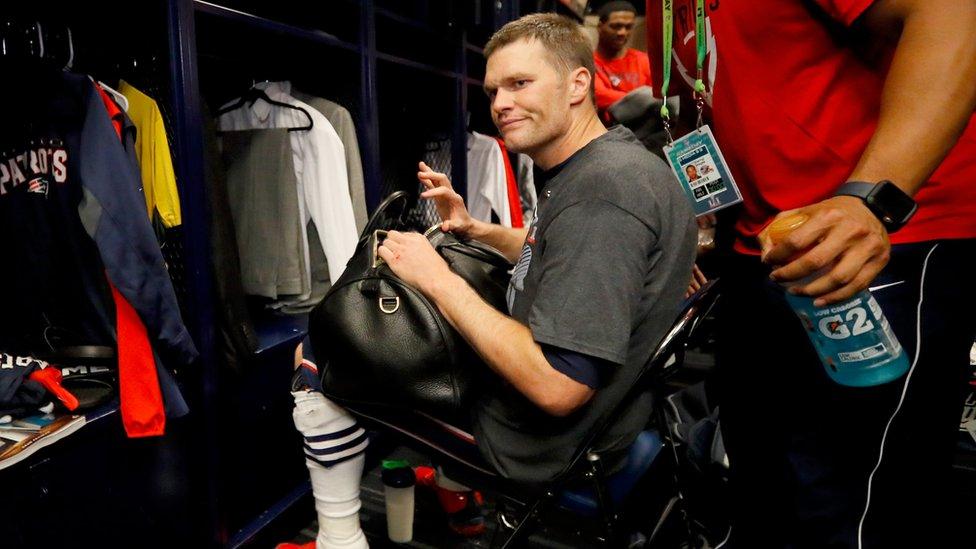 Tom Brady en el vestidor del estadio en Houston donde fue el Super Bowl en febrero.