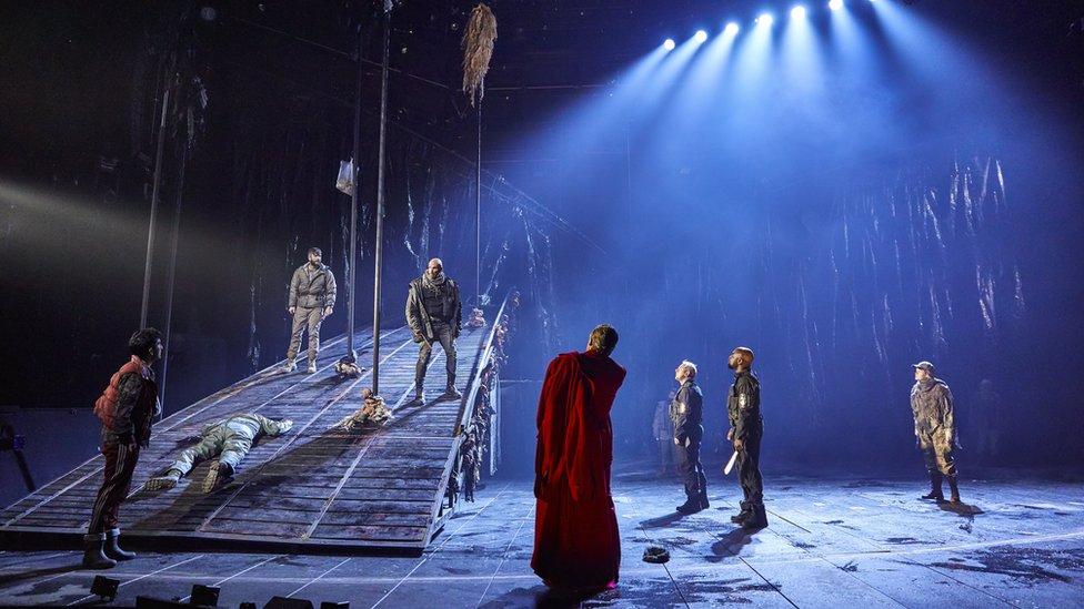 Escena de la obra Macbeth de William Shakespeare que se desarrolla en el Teatro Nacional en Londres. (Foto: gentileza National Theatre)
