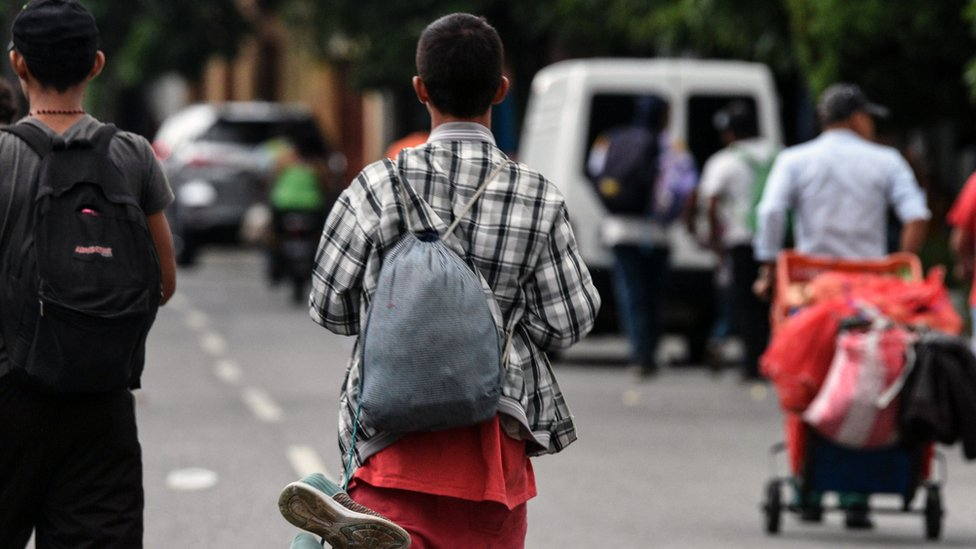 Migrant caravan: Mexico sends police to southern border   BBC