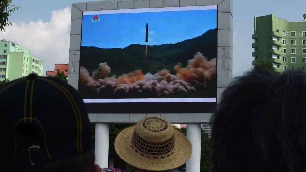 Lanzamiento de misil televisado.