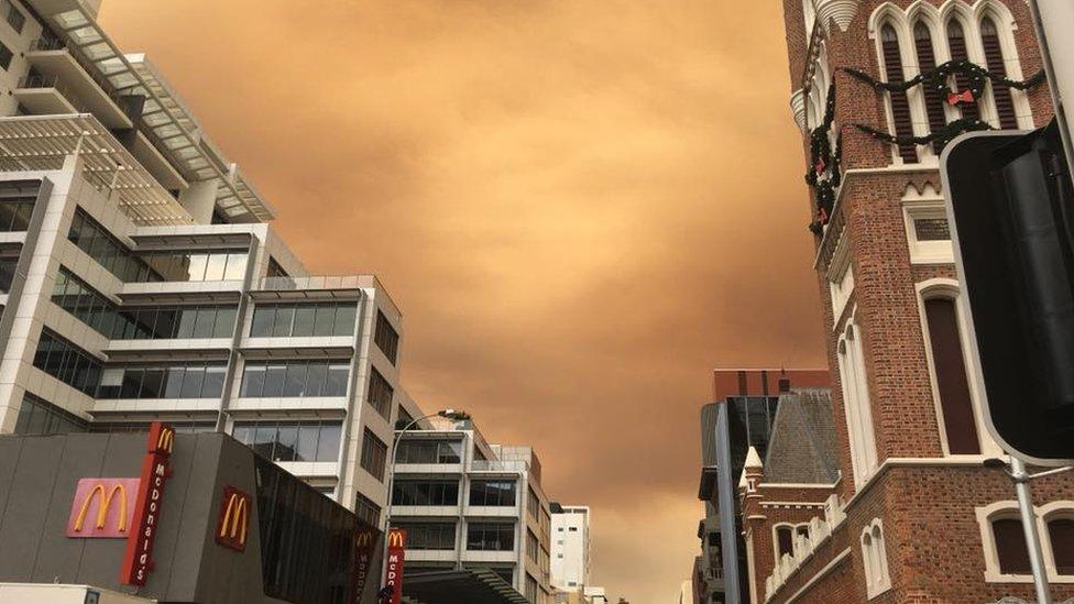 Cielo anaranjado en el centro de la ciudad australiana de Perth.