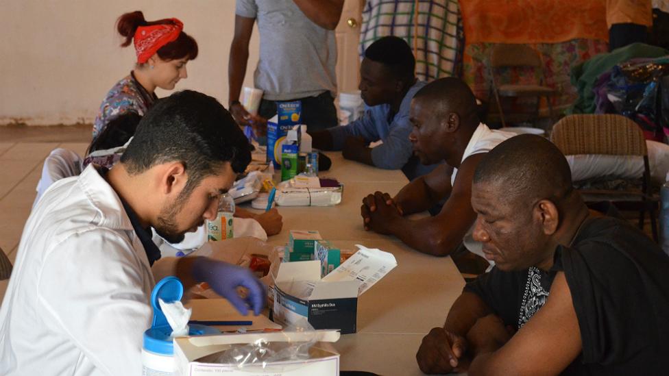 Haitianos reciben atención médica en la Iglesia Embajadores de Jesús. (BBC Mundo/Beatriz Vernon)