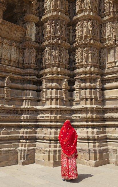 Una mujer admira los templos de Khajuraho.