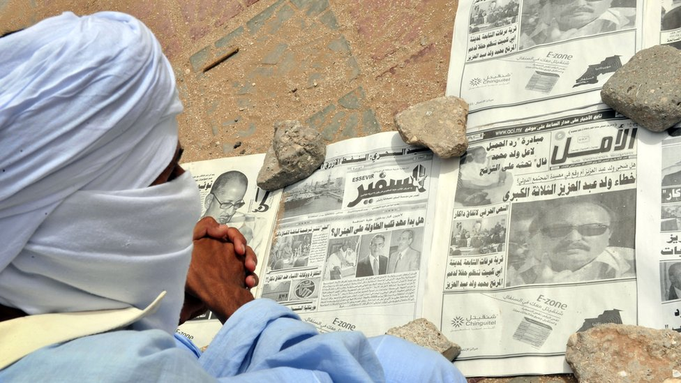 Mauritanian newspaper reader