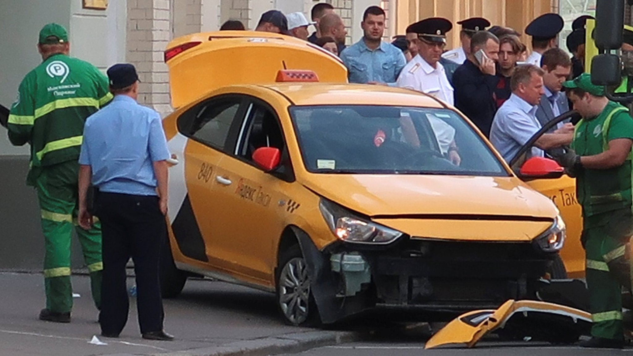 Moscow crash taxi driver 'feared crowd lynching' | BBC