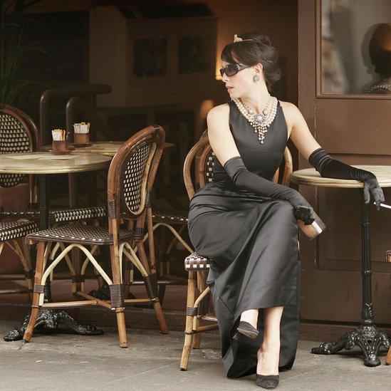 Una modelo con el vestido de Audrey Hepburn en Desayuno en Tiffany's