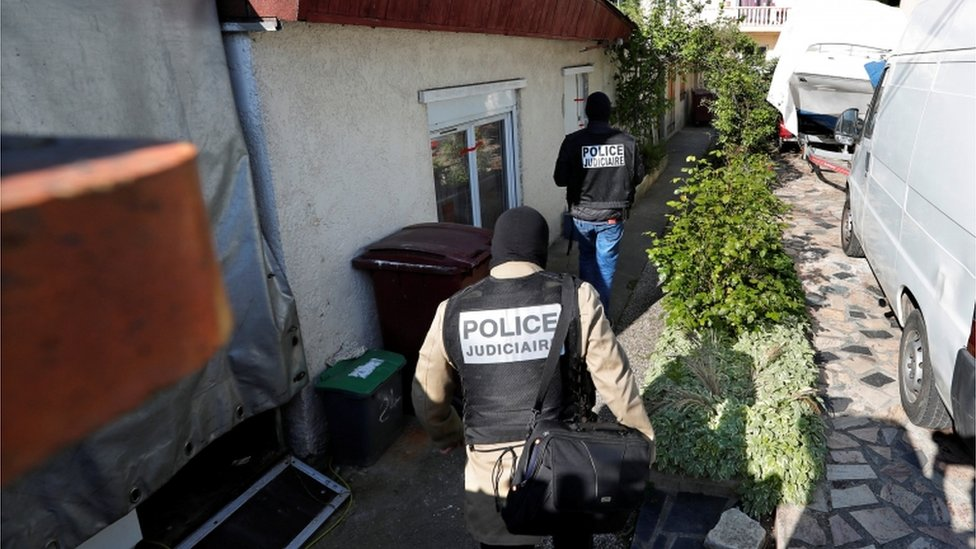 الشرطة في منزل المسلح في هجوم الشانزليزيه