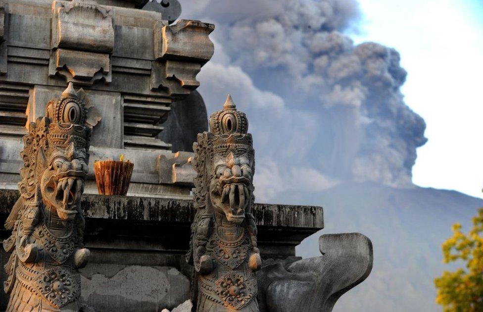 Detalle de un templo en Bali, con el volcán de fondo.